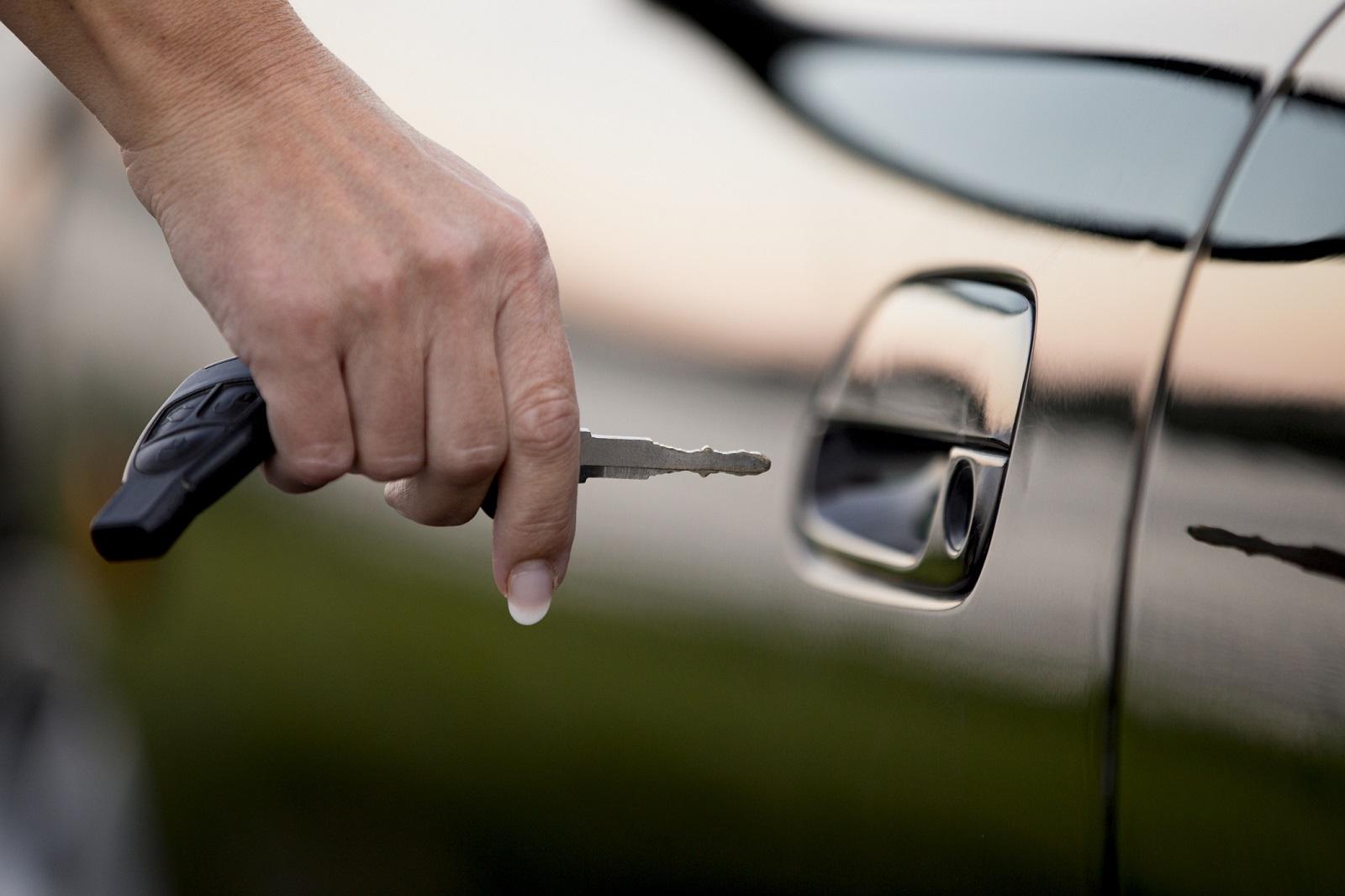 kobieta otwiera samochód